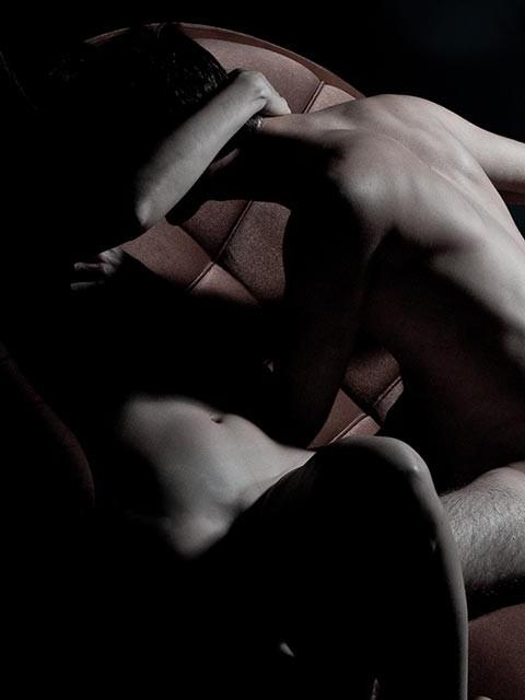 זוג על ספה. צילום עירום
