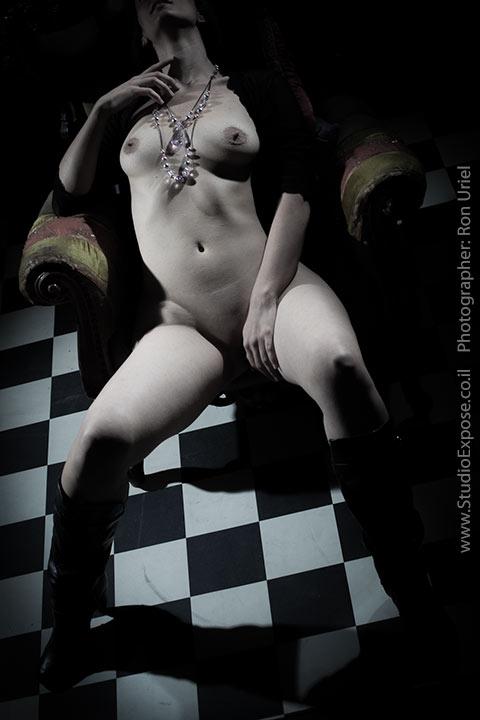 ארוטיקה נשית - צילום עירום של אישה על כורסא