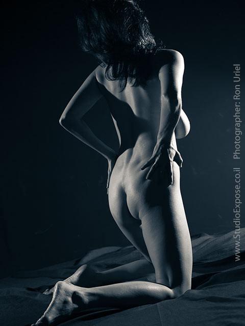 אישה בעירום מלא. צילום אחורי