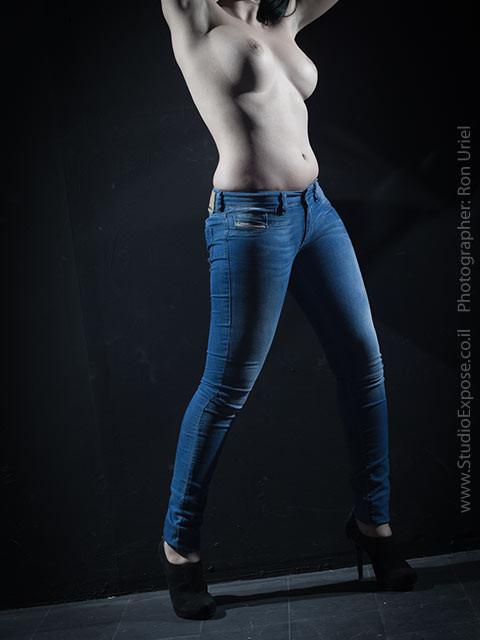אישה בג'ינס. עירום חלקי