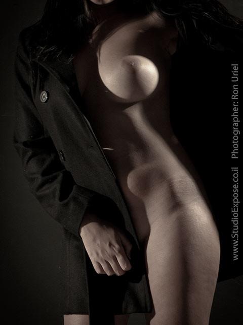 צילום עירום. עוטה מעיל