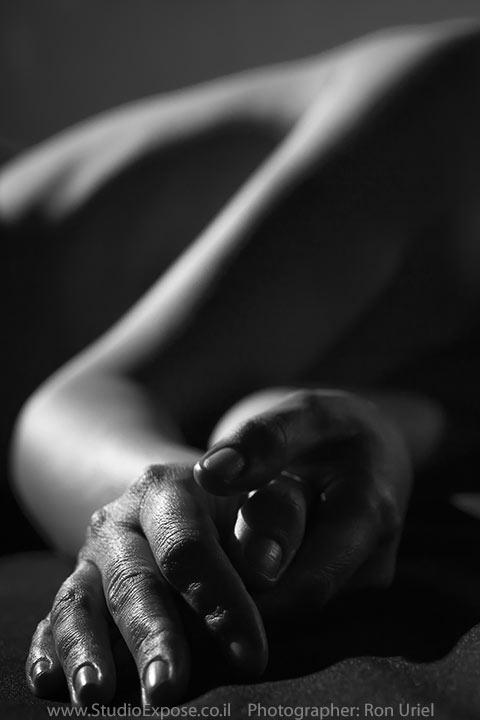 תקריב ידיים, צילום עירום נשי