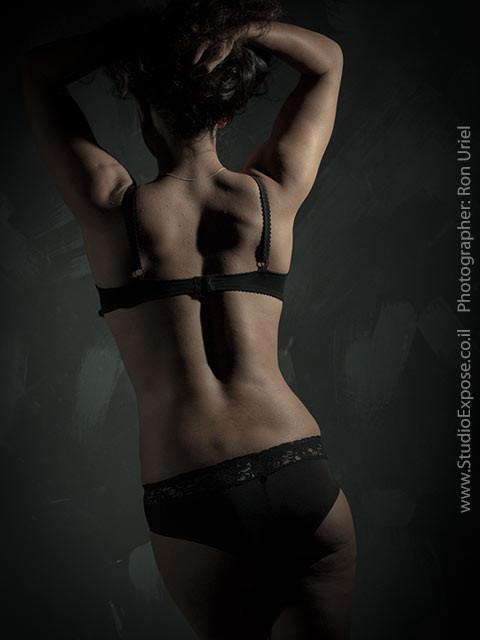 גב אישה בהלבשה תחתונה