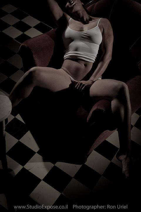 עירום מרומז. אישה על כורסא