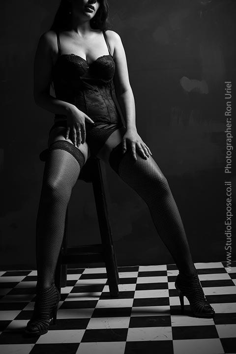 אישה על כיסא בר. צילום סקסי אמנותי