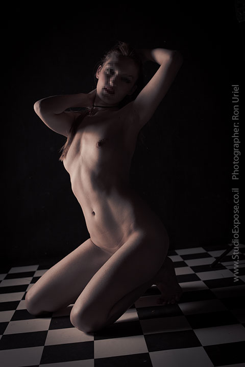 על הברכיים - אישה בצילום עירום אמנותי