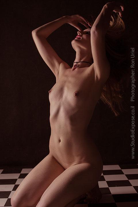 על הברכיים - צילום עירום של אישה נמתחת לאחור