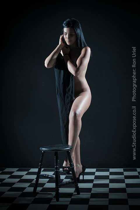 אישה עומדת - צילום עירום אמנותי