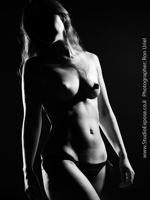 אישה בעירום חלקי - צילום עירום