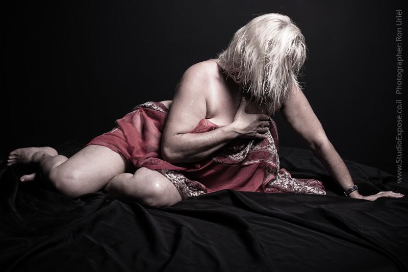 אישה במסע אל עצמה - סשן צילומי עירום אמנותי בגיל המעבר