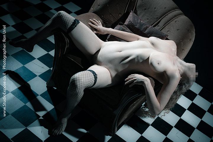 אישה על כורסא - צילום עירום ארוטי