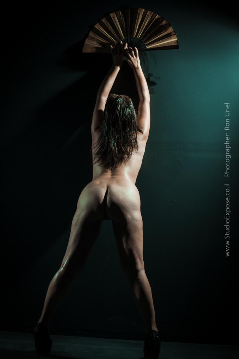 אישה ומניפה - צילום עירום ארוטי