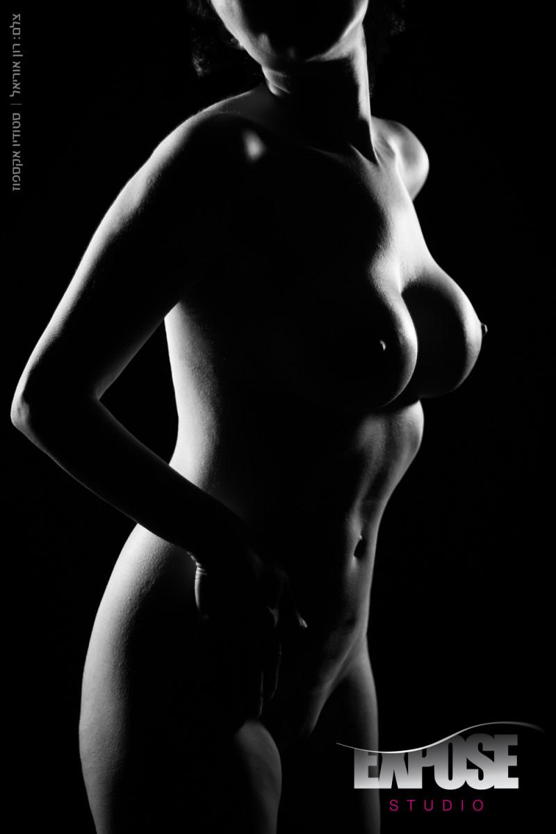 נגיעות של אור וצל בצילום עירום