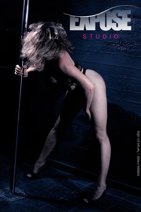 רוקדת עם עמוד - צילומים בתנועה בסטודיו