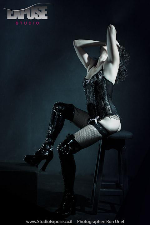 כיסא בר ולבוש סקסי - אישה בסשן צילומים ארוטים