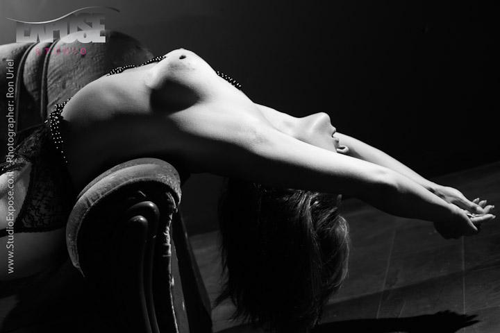 שוכבת על כורסא - צילום עירום