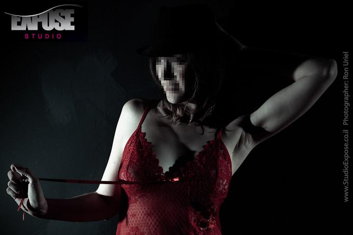 יפה באדום - צילומי ארוטיקה אישיים לאישה