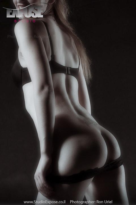 קימורים במשחקי אור וצל בצילום סקסי