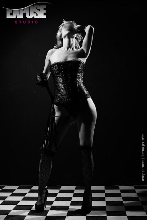 ארוטיקה בשחור ולבן, אישה בסטודיו