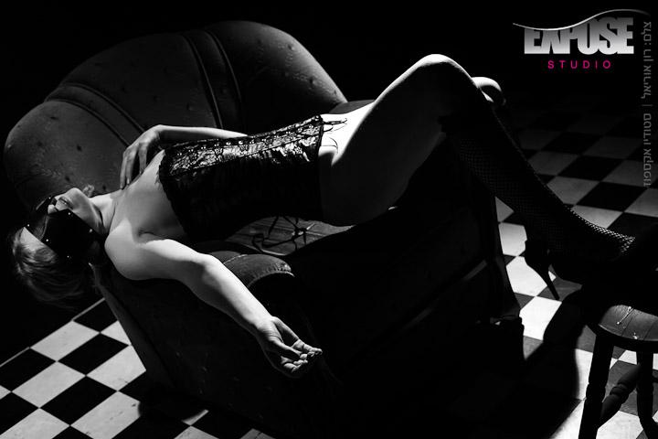 אישה שוכבת על כורסא  בסטודיו