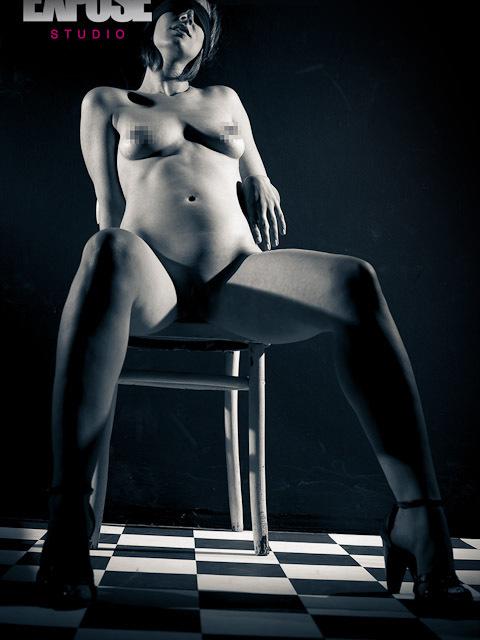 צילום ארוטי בעירום - אישה בסטודיו אקספוז
