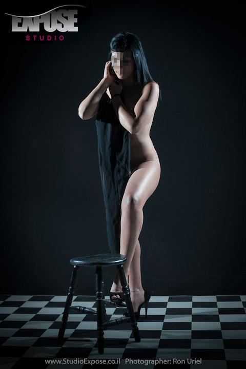 עומדת בעירום - צילום עירום אמנותי