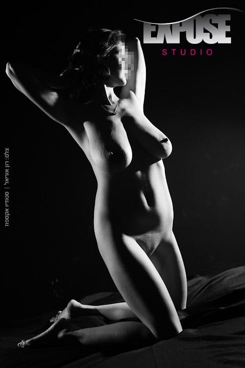 לבדה על מיטה בשחור ולבן - צילום עירום