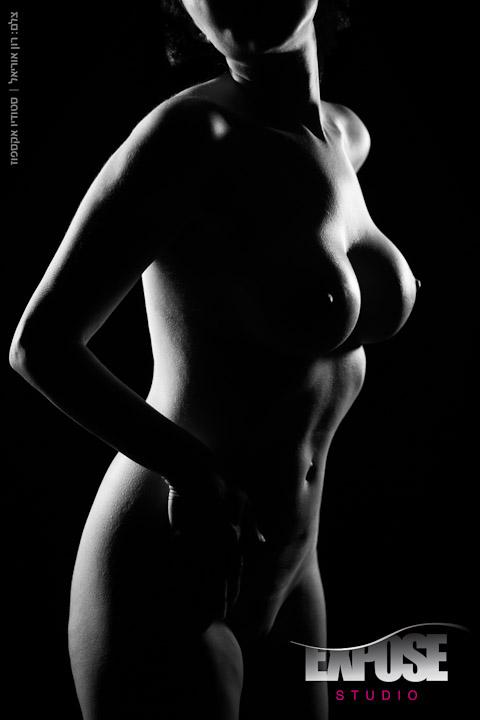 קוים לדמותה - קימורים בצילום עירום