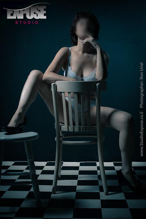 על הכיסא - צילום ארוטי בהלבשה תחתונה