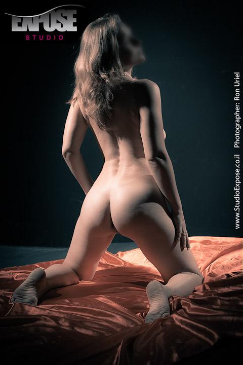 על המיטה - אישה בצילום עירום