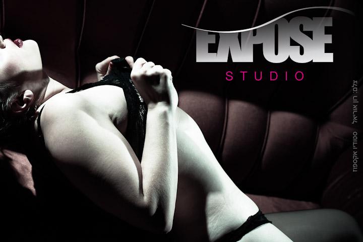 מתפשטת בסטודיו - צילום עירום ארוטי