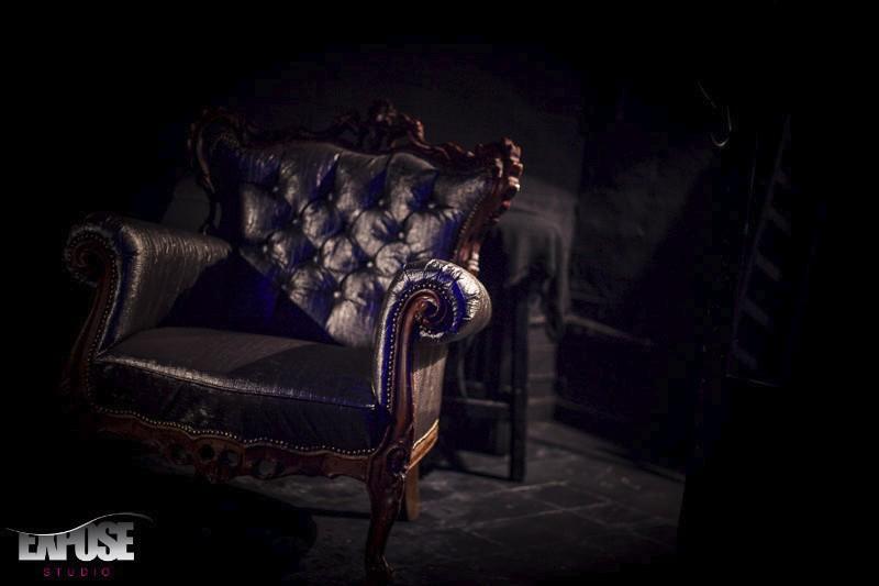 כורסא ענתיקה בחדר הצילומים בסטודיו אקספוז