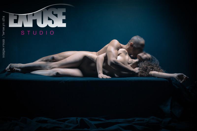 צילום ארוטי לזוגות בסטודיו אקספוז. צילומי עירום, צילומים סקסיים, ארוטיקה ואמנות משתלבים יחדיו. צלם: רון אוריאל