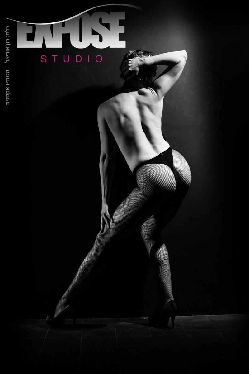 תנועה, אור וצל נפגשים בצילומי עירום וארוטיקה בסטודיו אקספוז. צלם: רון אוריאל 054-6622678