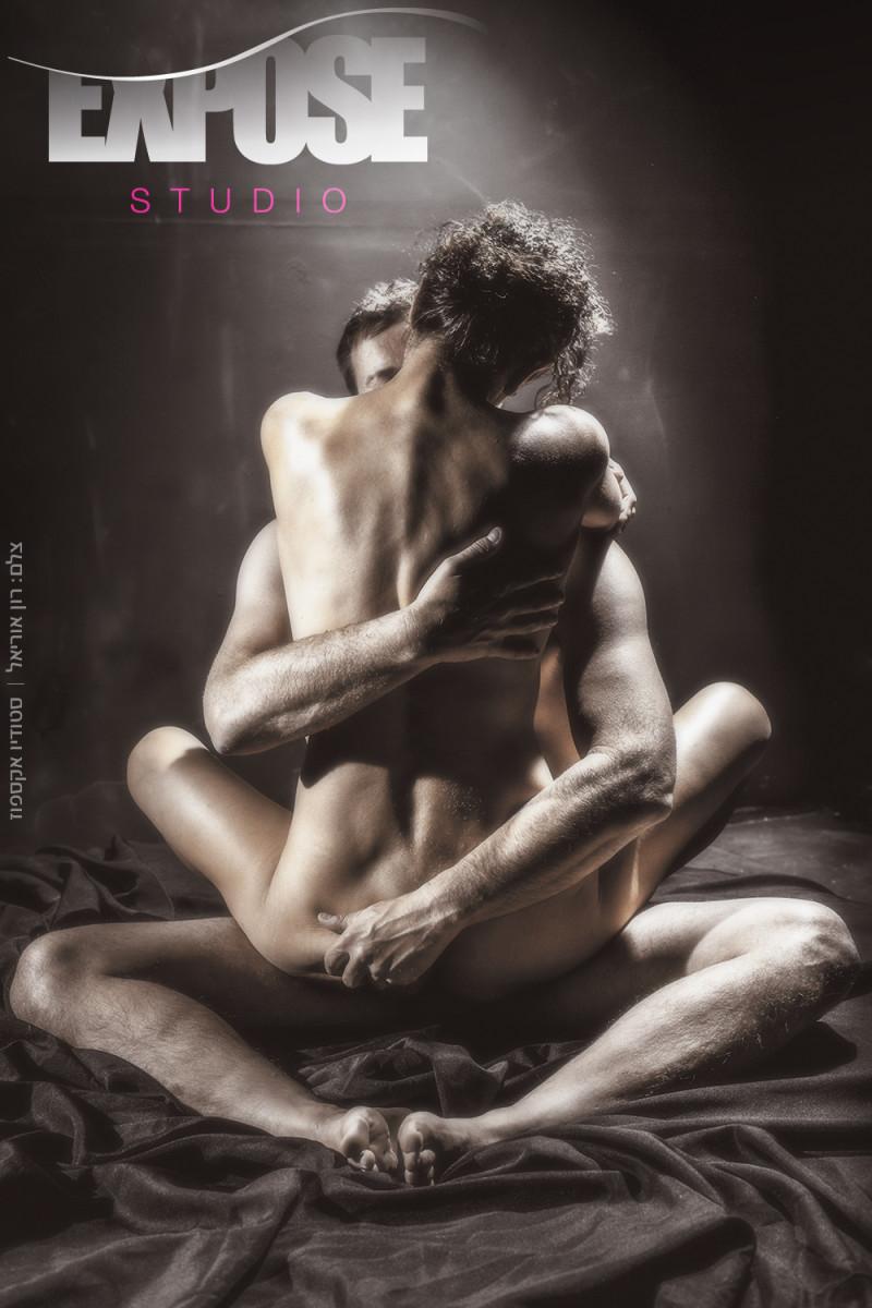 חיבוק - זוג בצילום עירום בסטודיו אקספוז