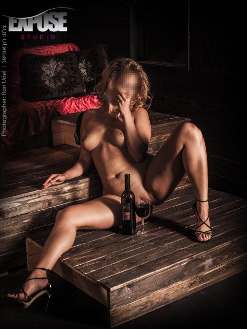 ארוטיקה פורנוגרפית - סטודיו אקספוז. צילום עירום ארוטי מתוך סשן צילומים בסטודיו אקספוז. צלם: רון אוריאל